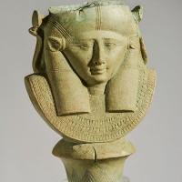 Hathor-fejes jelvény töredéke